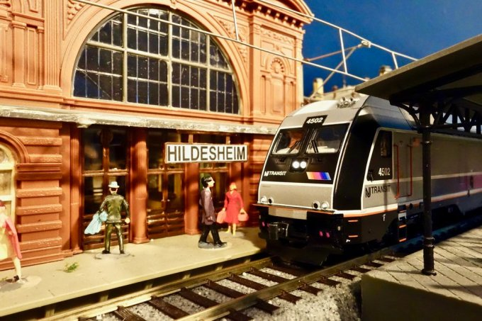 A New Jersey Transit ALP-45DP locomotive pulling into Hildesheim Hauptbahnhof. No Oompah Band to greet it though!