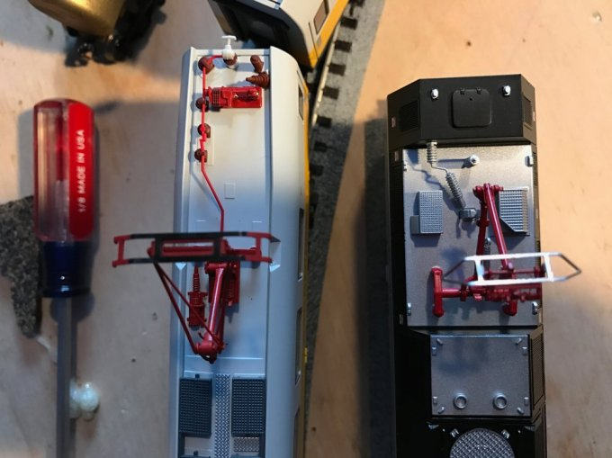 Compare the width of the pantograph collector assembly: Left is a Trix pantograph and on the left the Atlas ALP-45DP pantograph.