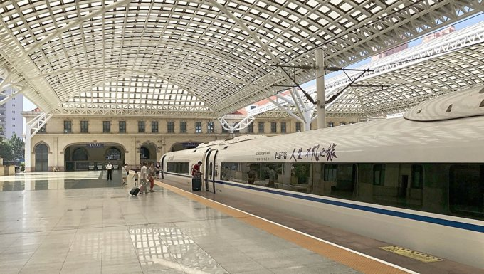 The Qingdao train station                                   All three photos by Yao Zhao